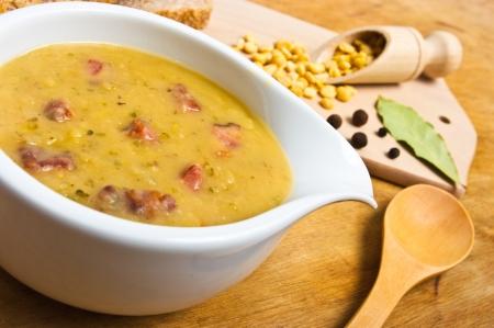 lenteja: Sopa de guisantes frescos tradicionales en la taza
