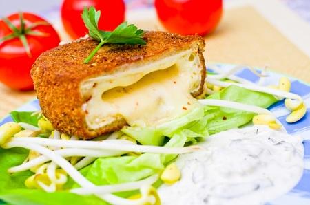 전통적인 체코 튀긴 치즈와 타타르 소스