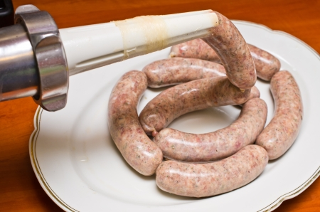 saucisson: Homemade saucisse traditionnelle lors de la pr�paration Banque d'images