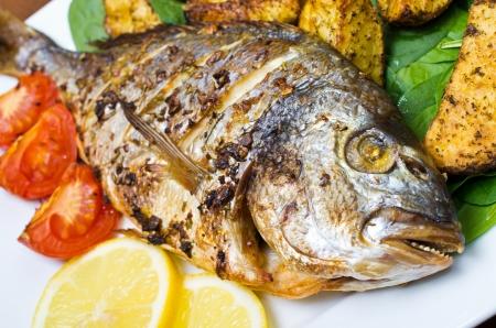 Rôti de poisson dorade aux pommes de terre au lard Banque d'images