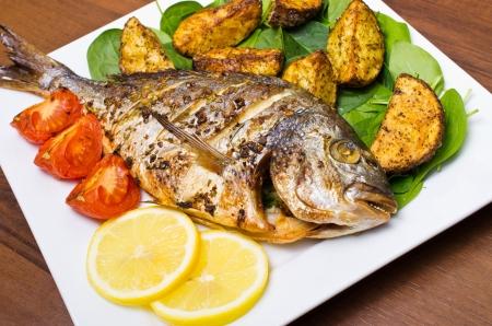 구운 감자와 구운 gilthead 물고기 스톡 콘텐츠