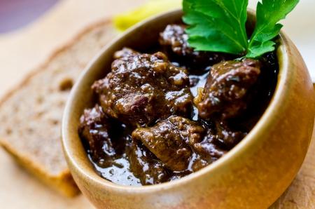 그릇에 전통적인 프랑스 비프 부르기 뇽 (쇠고기 스튜)