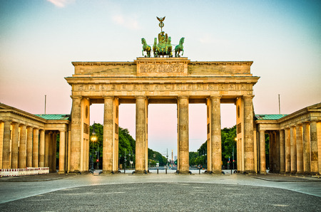Brandenburg Gate during the sunrise in Berlin, Germany Zdjęcie Seryjne - 32151956