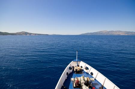 deportes nauticos: Frente del barco en el mar Foto de archivo