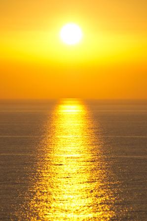 cielo y mar: Puesta de sol en el pueblo famoso Perlouades - isla de Corf�, Grecia Foto de archivo