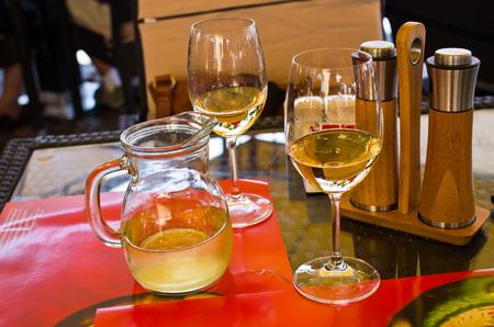 Dwa kieliszki do wina w restauracji Zdjęcie Seryjne