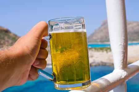 clima tropical: Vaso de cerveza fr�a en el clima tropical