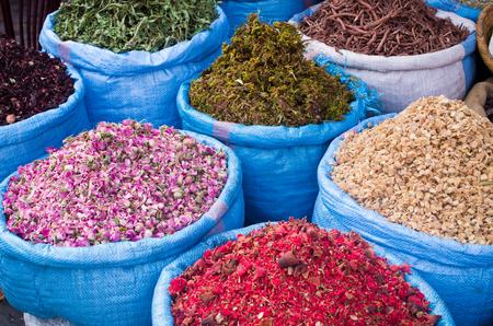 Lot de différentes épices sur le marché, le Maroc Banque d'images