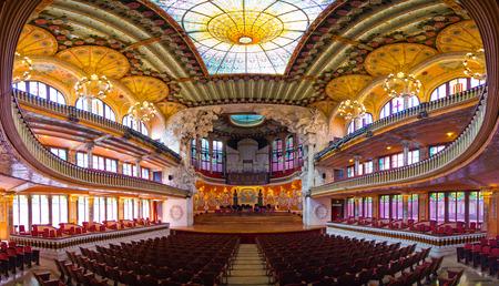 바르셀로나, 스페인 -2010 년 3 월 3 일 : 팔라우 드 라 뮤직 카 오페라. 1908 년 2 월 9 일에 취임 한이 축제는 스페인에서 가장 유명한 콘서트 홀 중 하나입