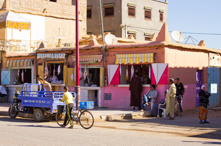 Akdaz, Morocco - March 22, 2016: streets of the town. Traitional old town in Morroco. Standard-Bild - 117050640