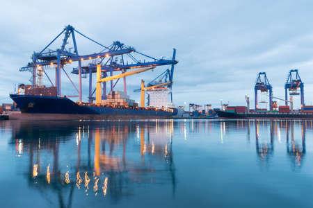 buonanotte: Nave porta-container nel porto asia mentre caricare il lavoro.