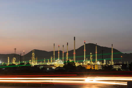 industria petroquimica: central eléctrica de la industria petroquímica en la noche de Tailandia