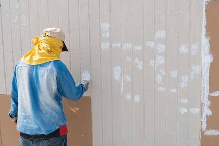 fractura: Fractura de la pared es reparado por trabajador Foto de archivo