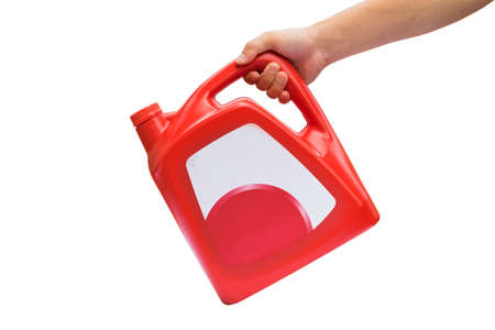Hand halten roten Kanister mit Motoröl, Öl-Dosen, Schmieröl isoliert auf weißem Hintergrund Standard-Bild