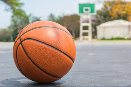 Basketball on basketball field on front view with copy space Banque d'images