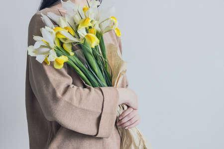 woman holding yellow iris flower bouquet Reklamní fotografie