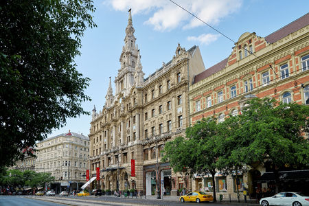 BUDAPEST, HUNGARY - JUNE 3, 2017: Hotel Boscolo Budapest, formerly known as the New York Palace, built in 1894 and beautifully restored, is home to the famous New York Cafe. Redactioneel