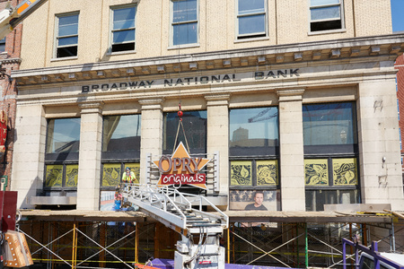 NASHVILLE, TN, USA - APRIL 14, 2017: Nashville Opry Originals store sign being dismantled. The store on Broadway street was an iconic presence in a historic building and was permanently closed. 新聞圖片