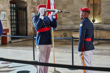 SANTO DOMINGO, DOMINICAN REPUBLIC - MARCH 24, 2017: Changing of the Honor Guard inside National Pantheon of the Dominican Republic. The country's most famous persons are honored here. 新聞圖片