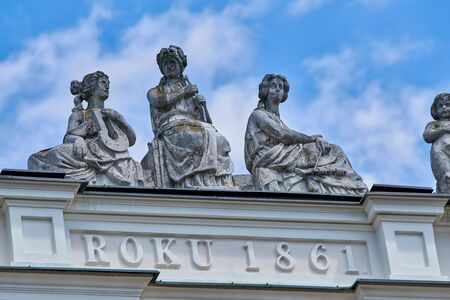 WARSAW, POLAND - JUNE 8 2017: Forgotten statues that nobody sees on top of a building Bank Pekao in Warsaw as seen in June 8, 2017 新聞圖片