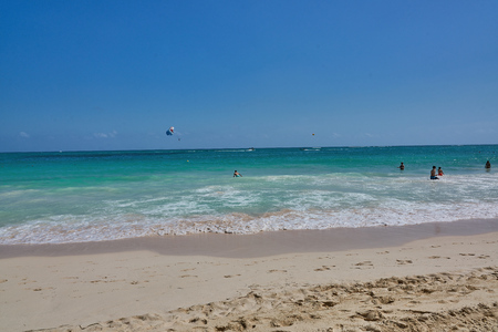Typical summer at the beach action with parasailing in the background no identifyable faces, names or trademarks 版權商用圖片