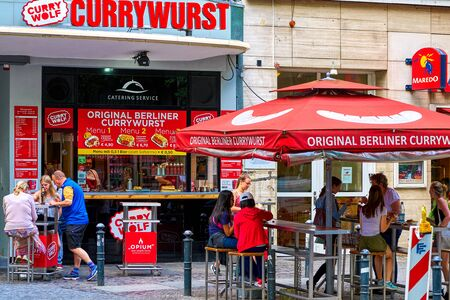 BERLIN, GERMANY - JUNE 10 2017: A vending stall with outside tables of the latest fastfood craze in Berlin, the CurryWurst as seen on June 13, 2017 新聞圖片