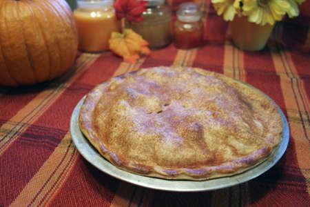 Fresh baked apple pie on autumn table setting Standard-Bild
