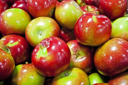 市場に表示される新鮮な摘みカラフルなリンゴ