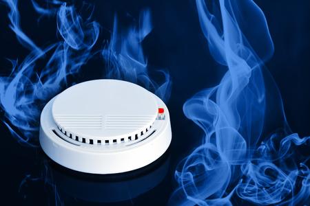 Elektronica rook detector en alarm apparaat met rood licht, gelden voor binnen veiligheid en veiligheidssysteem Stockfoto