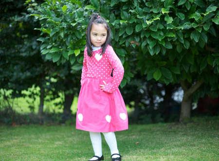 enigmatic: Enigmatico ragazza asiatica bambino in giardino
