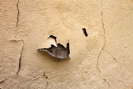 damp: Acqua danneggiata vernice scrostata sulla parete esterna che richiedono manutenzione Archivio Fotografico
