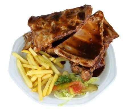 costillas de cerdo: Aislado Spareribs and Fries on White Plate VB