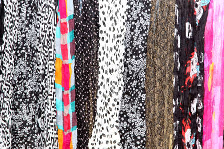 sciarpe: Variet� di sciarpe Fornire Fondale Colourful a Graphic Artists Hanging Archivio Fotografico