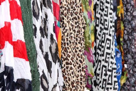 foulards: Variet� di sciarpe Fornire Fondale Colourful a Graphic Artists Hanging Archivio Fotografico
