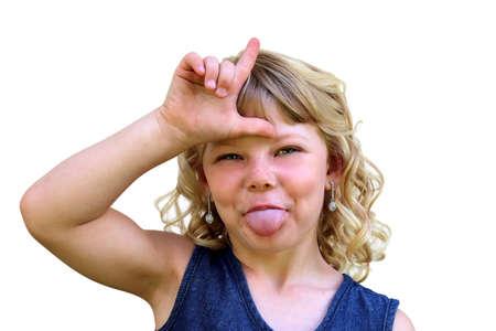 lengua afuera: Las burlas traviesa muchacha que muestra en forma de L con la lengua fuera Foto de archivo