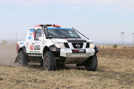 Sun City, Sud Africa - 1 ottobre 2016: Forty Five gradi vista ravvicinata di accelerare bianca e nera vettura da rally Nissan Navara in gara a Sun City 450 Rally evento, Sun City, in Sud Africa
