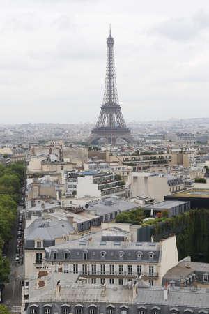 vue ville: Tour Eiffel Vue sur la Ville Cloudy Day Banque d'images
