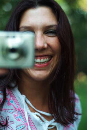 Giovane donna utilizzando una fotocamera digitale Archivio Fotografico - 265991