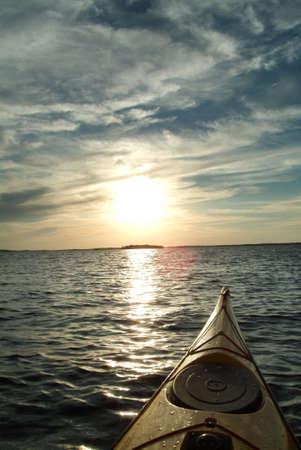 kayak: uitzicht vanuit kajak, roeien in een meertje
