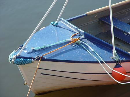 港の水の小さなボート