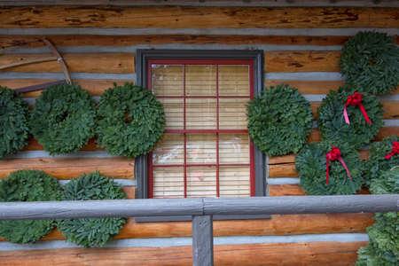 coronas navidenas: Coronas de Navidad en Caban sesi�n con marco de ventana Red Foto de archivo