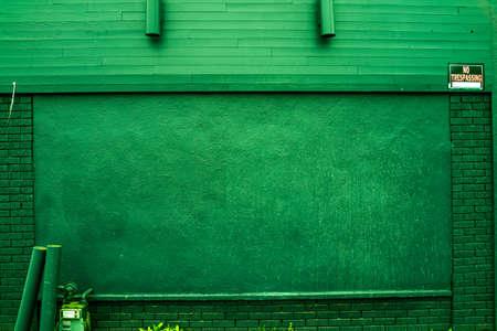 prohibido el paso: Ladrillo verde y pared de madera con medidor de gas y luces ni se�ales allanamiento
