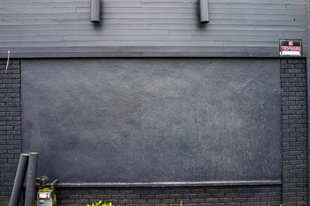 no trespassing: Gris  negro ladrillo y pared de madera con medidor de gas y luces ni se�ales allanamiento Foto de archivo