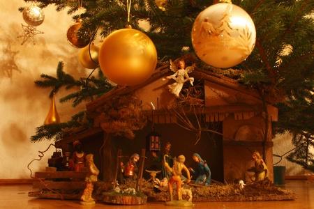 creche: guarder�a bajo el �rbol de Navidad Foto de archivo