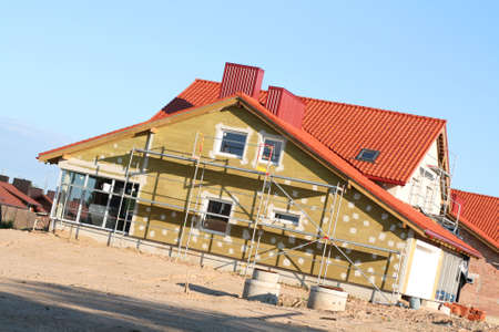 晴れた夏の日に新しい家の建設サイト
