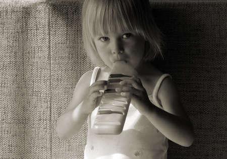 少女再生パイプ、黒と白の写真