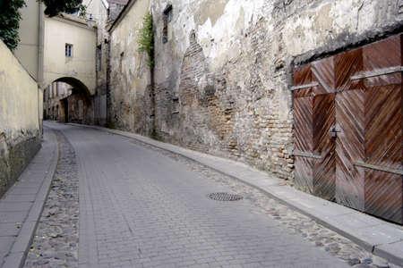 リトアニア、ヴィリニュス旧市街のリモート、不気味なぼろぼろの通り