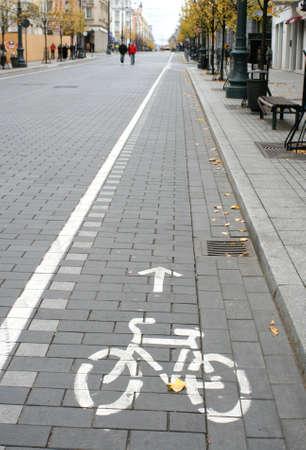 都市道路と方向を指す矢印に自転車道の標識 写真素材 - 1936545