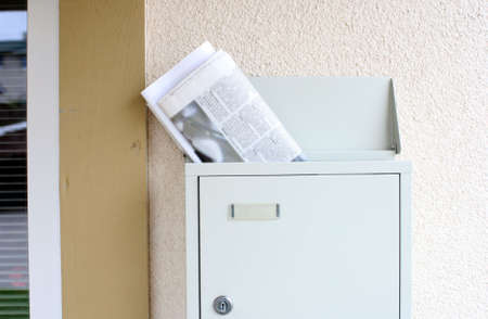 朝の新聞や雑誌のメールボックスから突き出て。新聞テキスト blured intentionaly 写真素材
