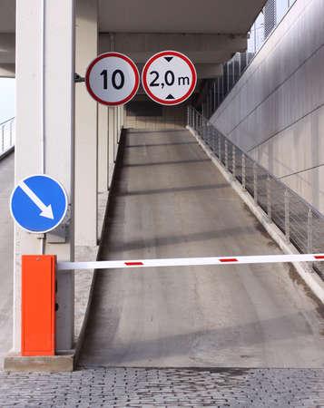 道路標識の駐車場に閉じた入口